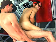 Sexy dude get his ass fucked during his workout at the gym